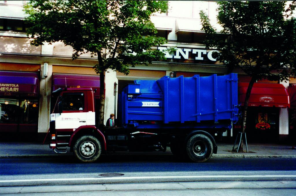 Jätepuristimen kuljettaminen